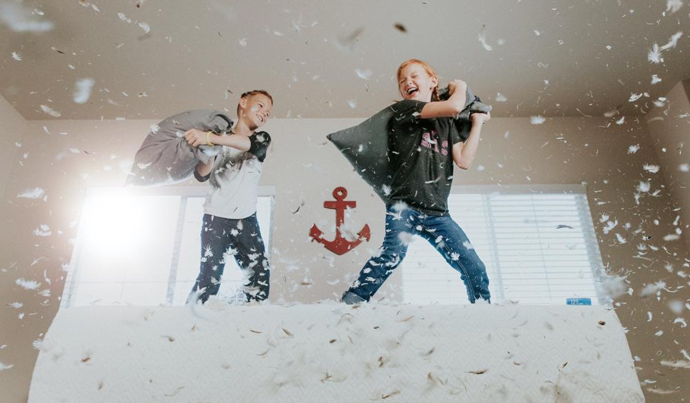 Diversão em família: 3 atividades físicas dentro de casa para crianças com MUITA energia